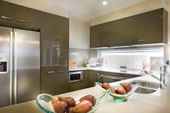 Imagen elegante y moderna de una cocina con la comida colocada en shel foto de archivo libre de regalías