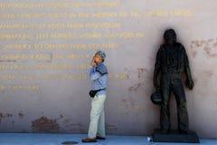 Imagen emocional de un más viejo caballero que coloca el monumento cercano, puerto de San Diego, California, 2016 fotografía de archivo
