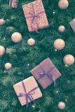 Imagen entonada del abeto de la Navidad con las bolas, cajas púrpuras Imagen de archivo