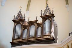 Imagen espeluznante de un viejo órgano en una iglesia - vintage, foco selectivo imagen de archivo