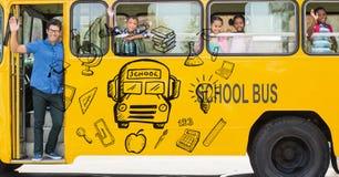 Imagen generada Digital de diversos iconos con el profesor y los estudiantes que agitan las manos en autobús escolar Imagenes de archivo