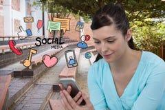 Imagen generada Digital de la mujer que usa el teléfono elegante con los diversos iconos que vuelan en el parque Imagenes de archivo