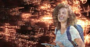 Imagen generada Digital del estudiante universitario de sexo femenino con la tableta digital que mira equa de la matemáticas que  imagen de archivo