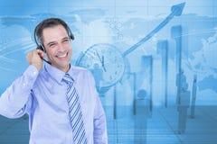 Imagen generada Digital del hombre de negocios usando los auriculares con los empleados y gráfico en fondo imágenes de archivo libres de regalías