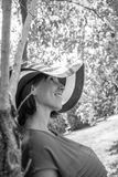 Imagen Greyscale de una mujer joven en un standi brimmed ancho del sunhat fotos de archivo libres de regalías