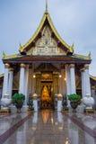 Imagen hermosa de Buda en iglesia budista Imagen de archivo