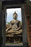 Imagen hermosa de la nube blanca de Buda y del cielo azul en Sukhothai Tailandia Fotos de archivo