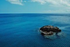 imagen hermosa de una pequeña isla rocosa con un paisaje marino escénico del océano de South Pacific imagen de archivo