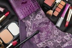 Imagen hermosa del cosmético y de la ropa interior en la seda negra fotos de archivo
