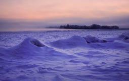 Imagen hermosa del invierno landscape Río congelado cubierto con nieve Fotos de archivo libres de regalías