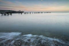 Imagen hermosa del paisaje de la salida del sol colorida sobre el océano y el der Imagen de archivo