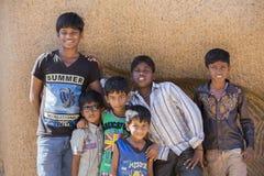 Imagen ilustrativa editorial Adolescentes en la calle, la India Foto de archivo