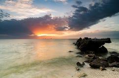 imagen imponente durante puesta del sol en la costa costa estructura concreta del abandono en el agua Imagen de archivo libre de regalías