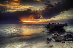 imagen imponente durante puesta del sol en la costa costa estructura concreta del abandono en el agua Fotos de archivo
