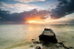 imagen imponente durante puesta del sol en la costa costa hormigón del abandono Fotos de archivo