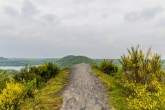 Imagen impresionante de un sendero en el top de una montaña fotos de archivo
