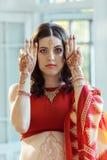 Imagen india en las manos de la mujer, tradición del mehendi Fotos de archivo libres de regalías