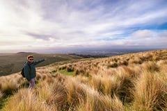 Imagen inspirada de un hombre que alcanza el top de la montaña que pasa por alto Christchurch, Nueva Zelanda foto de archivo
