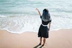 Imagen integral de la mujer que señala en el mar fotografía de archivo