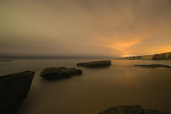 Imagen larga de la exposición de rocas costeras en la playa del océano Imágenes de archivo libres de regalías