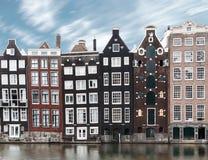 Imagen larga de la exposición del viejo architec tradicional de la ciudad de Amsterdam fotografía de archivo libre de regalías