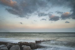 Imagen larga hermosa del paisaje de la puesta del sol de la exposición del embarcadero en el mar adentro Foto de archivo