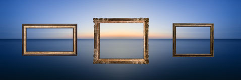 Imagen larga imponente del paisaje marino de la exposición del océano tranquilo en la puesta del sol Foto de archivo