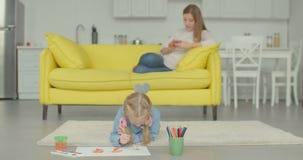 Imagen linda de la pintura de la niña con las acuarelas metrajes