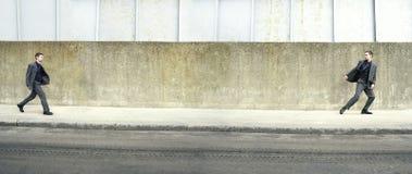 Imagen múltiple del hombre en la acera fotografía de archivo libre de regalías