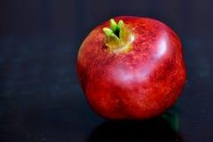 Imagen macra ascendente cercana de la granada en el color rojo para el diseño web Fotografía de archivo