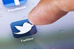 Imagen macra de hacer clic el icono de Twitter en Imagen de archivo