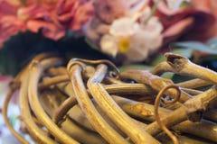 Imagen macra de la guirnalda con las flores en el fondo usando foco selectivo imagen de archivo libre de regalías