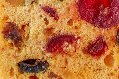 Imagen macra de las frutas de una rebanada de la torta Queque de frutas con la pasa y la cereza Postre imagen de archivo libre de regalías