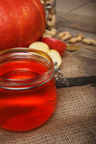 Imagen macra de un tarro de cristal por completo de atasco de la manzana en un fondo de madera Jalea de fruta escarchada dulce Au Imagen de archivo libre de regalías