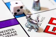 Imagen macra del juego y de las figuras del monopolio Fotografía de archivo libre de regalías