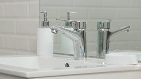 Imagen moderna del cuarto de baño con el fregadero y grifo con la agua corriente foto de archivo libre de regalías