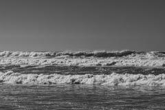 Imagen monocromática blanco y negro de romper olas oceánicas imagenes de archivo