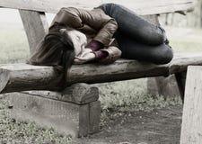 Imagen monocromática de una mujer en un banco de parque Fotografía de archivo libre de regalías