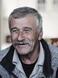 Imagen muy bonita de un viejo hombre positivo imagenes de archivo