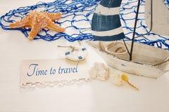 imagen náutica del concepto con el barco de vela, los shels del mar, las estrellas de mar y la nota decorativos blancos sobre la  fotografía de archivo libre de regalías