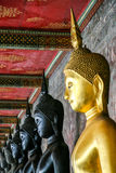 Imagen negra y de oro del monje de Buda Imagen de archivo