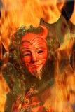La cara del diablo a través de las llamas. Imagenes de archivo