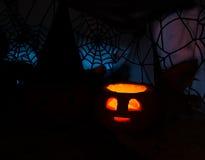 Imagen oscura de Halloween con la calabaza ardiente Foto de archivo libre de regalías