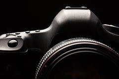 Imagen oscura de la cámara moderna profesional de DSLR imagen de archivo libre de regalías
