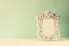 Imagen oscura del bastidor clásico de la antigüedad del vintage en la tabla de madera Imagen filtrada Foto de archivo libre de regalías