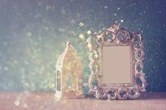 Imagen oscura del bastidor clásico de la antigüedad del vintage y del fondo de madera de las luces de la tabla y del brillo Image Fotos de archivo libres de regalías
