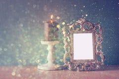 Imagen oscura del bastidor clásico de la antigüedad del vintage y del fondo de madera de las luces de la tabla y del brillo Image Imagen de archivo