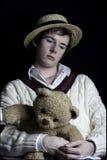 Imagen oscura potente de un hombre joven en blancos del grillo fotografía de archivo libre de regalías