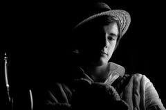 Imagen oscura potente de un hombre joven en blancos del grillo imagen de archivo