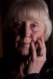 Imagen oscura potente de una mujer mayor foto de archivo libre de regalías